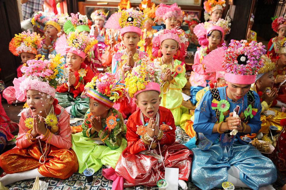Poi Sang Long -juhlassa pojat pukeutuvat (kovin prinsessamaisiksi) prinsseiksi.
