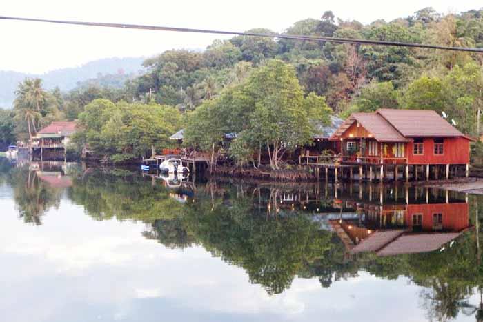 Klong Chaon jokivarren majataloja ja ravintoloita