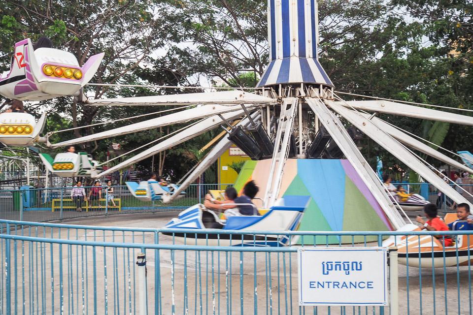 Phnom Penhin huvipuistossa aikuisia jännittää enemmän kuin lapsia.
